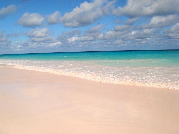 Пляж с розовым песком (Pink Sands Beach) на острове Харбор, Багамские острова