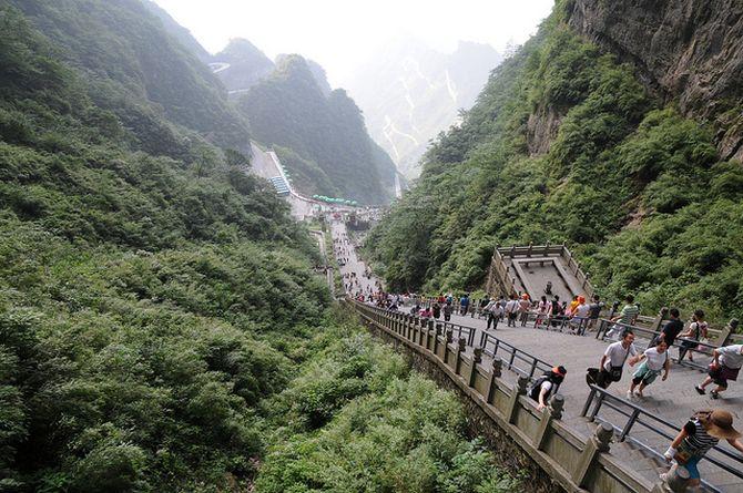 """Арка «Небесные ворота» или пещера """"Тяньмэнь"""" (Tianmen Cave) на горе Тяньмэнь, Китай"""