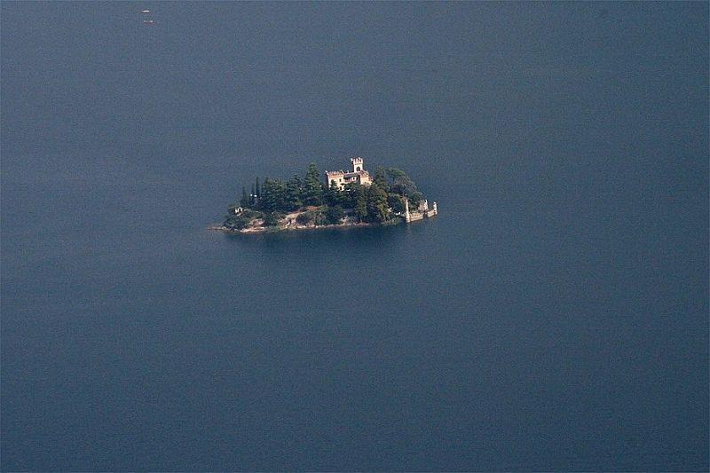 Остров Лорето (Isola di Loreto) на озере Изео (Iseo) в Северной Италии