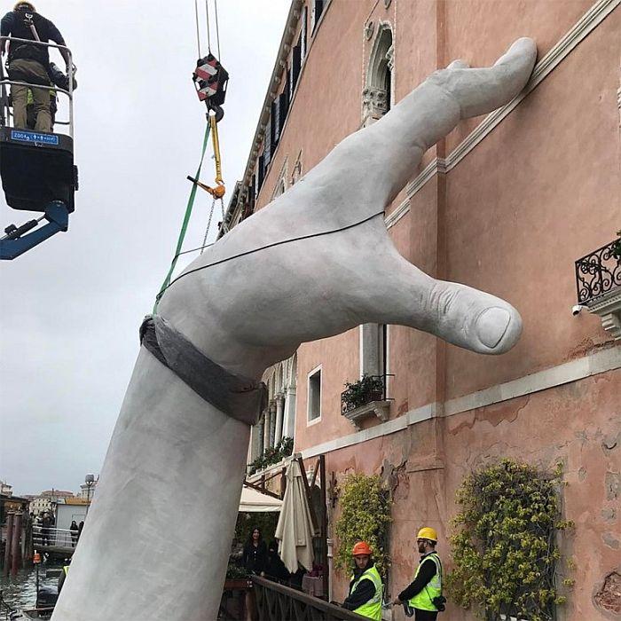 Скульптура «гигантские руки из воды» в Венеции, Италия