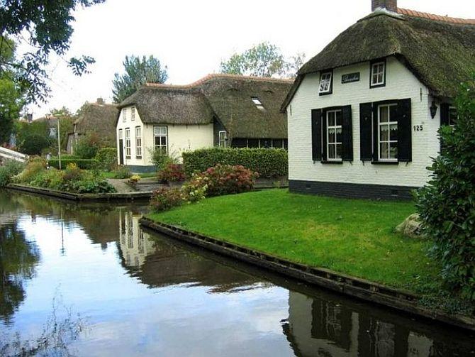 Гитхорн (Giethoorn), деревня с водными каналами вместо дорог. Нидерланды
