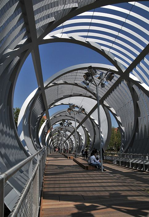 "Пешеходный мост ""Аргансуэла"" (""Arganzuela Footbridge"")в Мадриде, Испания"