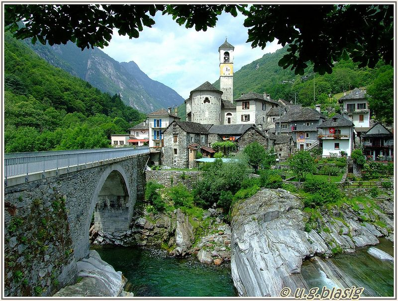 Кристально-чистая горная река Верзаска (Verzasca), Швейцария