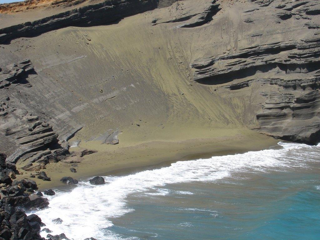 Зеленый песок пляжа Papakolea Beach, Большой остров, Гавайи (США)