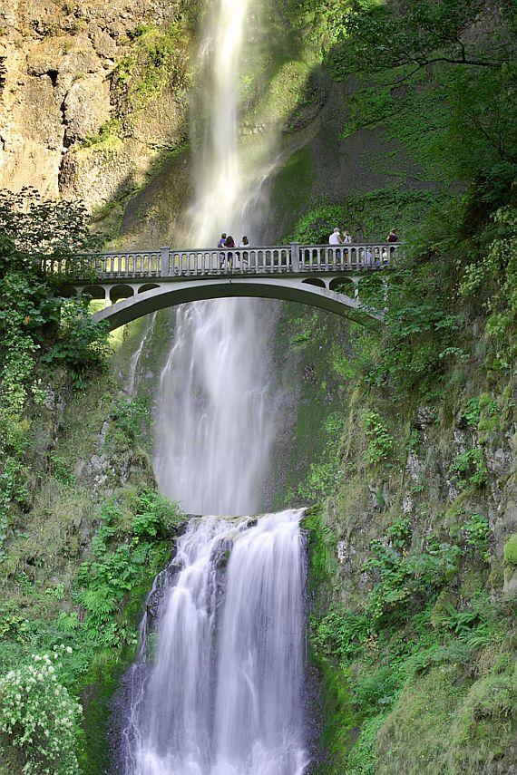 Высокий и живописный водопад малтнома