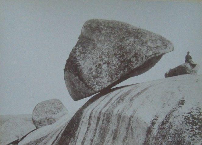 Камень Даваско повисший на краю скалы, город Тандиль, Аргентина