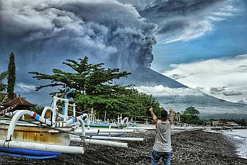 Индонезия: Извержение вулкана Агунг на острове Бали + видео