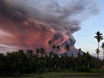 Индонезия: Продлён чрезвычайный режим из-за извержения вулкана Агунг на острове Бали